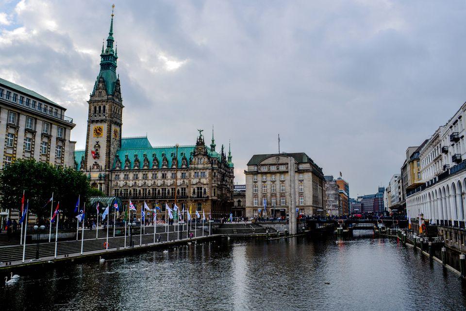 Wohnen in Hamburg=Kosten: Symbolbild der Alster mit Blick auf das Hamburger Rathaus.