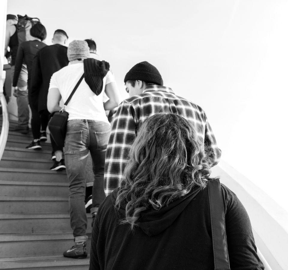 Wohnungsbesichtigung Hamburg: Eine Schlange von Menschen, die die Treppe einer Wohnung hochsteigen.